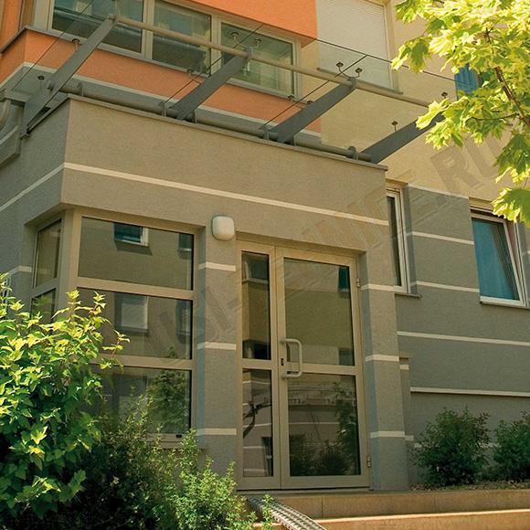 usa din profile de otel si canat din sticla pentru acces in blocuri de locatari